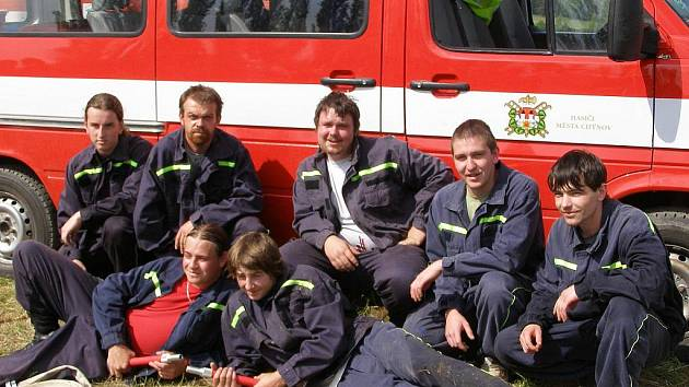 Kloužovičtí hasiči na soutěži v Kozmicích v roce 2009.