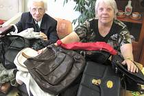 Za všechny kabelky předaly Marta Hňupová (vlevo) a Ludmila Walczysková.