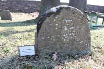 Židovský hřbitov v Radeníně. Nejstarší náhrobek.