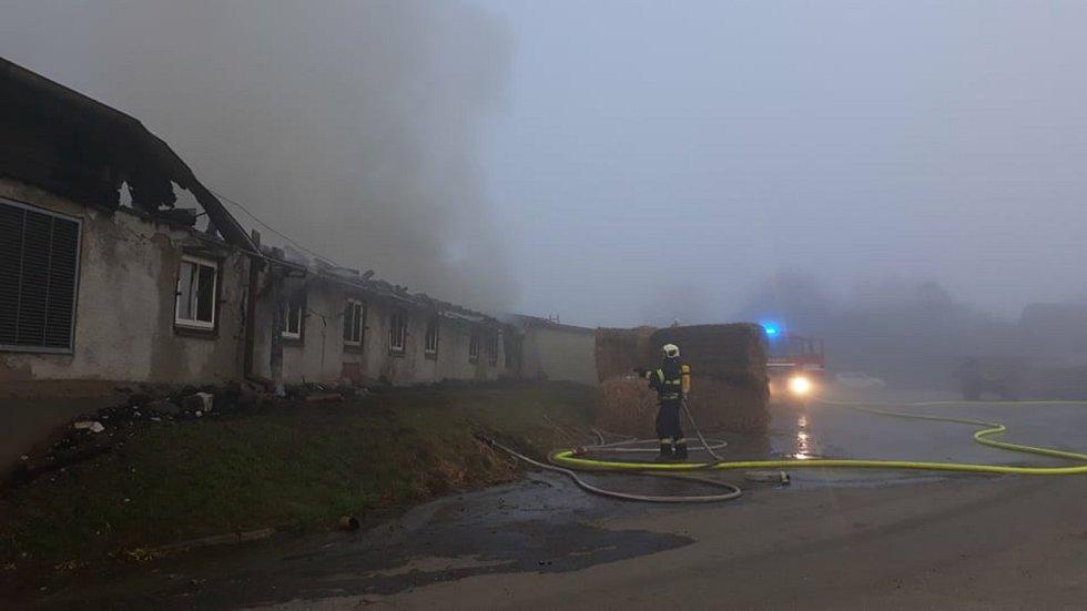 Požár střechy chipsárny v Choustníku.