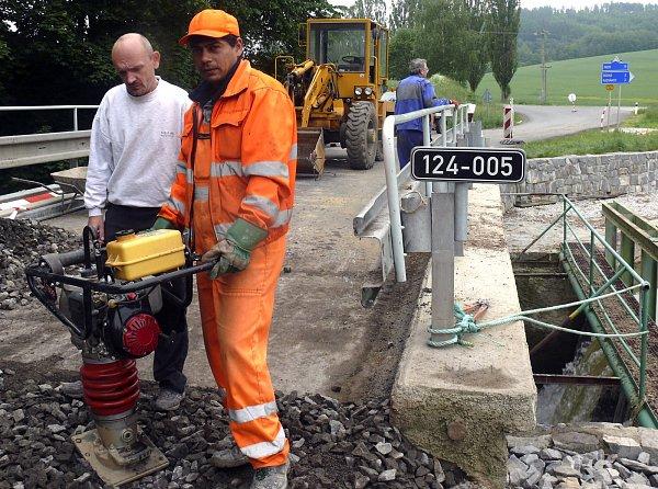 Oprava hráze uŽahourova rybníka.