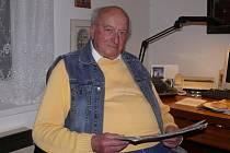 NÁVRAT DO RODNÉ VSI. Stanislav Toušek se vrátil do rodného stavení v Nové Vsi, když odešel do důchodu. Místo klidu studuje nově vydaný občanský zákoník.