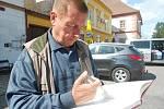 Starosta Jistebnice Vladimír Mašek zapisuje svůj vzkaz do knihy poselství.