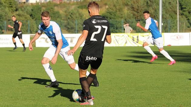 David Čapek (v modrém vlevo) položil svým gólem základ k pozdější výhře..