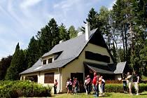 K vile architekta Otokara Fierlingera se vydaly stovky lidí. V sobotu byla poprvé otevřená pro veřejnost, přičemž prohlídku komentovali pracovníci Husitského muzea.