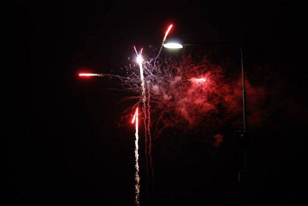 Ohňostroj neodmyslitelně patří k oslavám Silvestru.