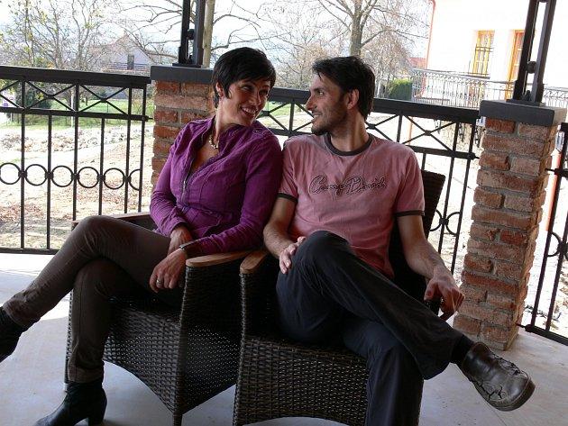 NOVÝ DOMOV.  Eva Emingerová a  Dušan Prokop se usadili v Plané nad Lužnicí. Dům ještě není hotový, proto si pro focení vybrali chotovinský hotel Gold, kde zpěvačka bude mít 16. srpna koncert.