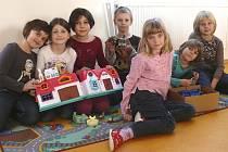 Školní družina Čekanice: Kateřina Maršíková, Nela Pekařová, Ema Dušková, Miroslav Staněk, řed ním sedí Vendula Šrejberová, Anna Staňková a Eliška Náprstková (zleva)