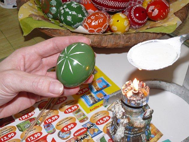 2. Uděláte si základní křížek, který postupně tahy směrem ke středu doplňujete. Vajíčko si otáčíte malíčkem. Pak směr tahů obrátíte, linky se spojí a základ je hotový.