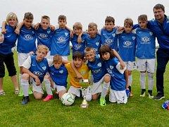 Úspěšný tým Táborska U12 s vítěznou trofejí.