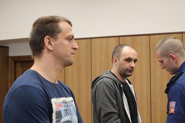 Usoudu stojí dva muži obžalovaní zdvojnásobné vraždy.