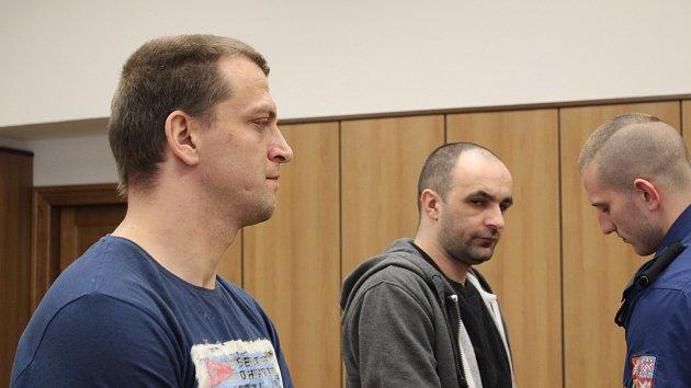U soudu stojí dva muži obžalovaní z dvojnásobné vraždy.