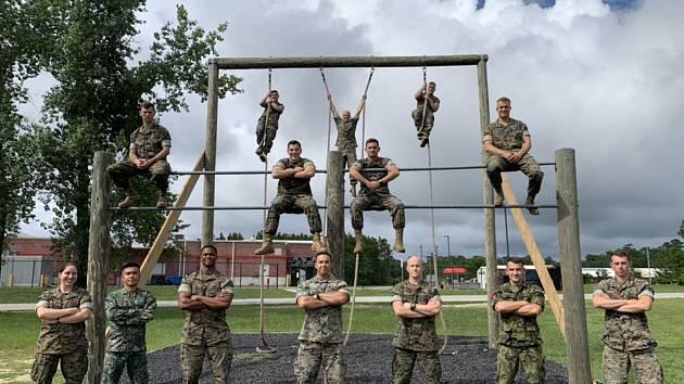 Skupinové foto účastníků kurzu Combat Engineer Officer, nadporučík Jan Rejmont – druhý zprava (dole).