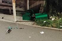 V prostoru autobusové zastávky MHD U Černých mostů se bavila skupinka mládeže tím, že povalila odpadkový koš a jeho obsah rozkopala po okolí.