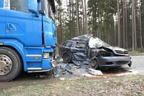 Mezi Sudoměřicemi u Bechyně a Soběslaví se srazilo osobní auto s nákladním. Řidič osobáku zraněním v nemocnici podlehl.