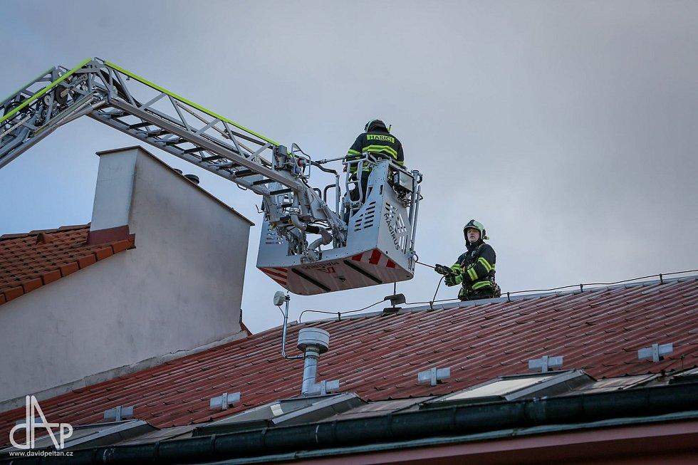 Hasiči zasahovali i na třídě 9. května v Táboře, kde upevňovali uvolněnou střechu.