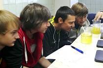 Studenti z kvarty zkoumali, v čem se rozpouští nebo nerozpouští vitamín C.