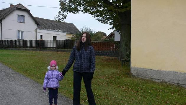NA PROCHÁZCE. Dlouhou chvíli si Iveta Švábenická krátí s dcerkou Natálkou  pochůzkou po vesnici. Není divu, Dobronice jsou proslulé krásnými výhledy  nejen do údolí na řeku.