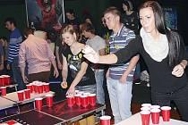 BEER PONG. Hru, která si mezi mladými získává čím dál větší oblibu, si vyzkoušela i Michaela Koudelková (vpředu).