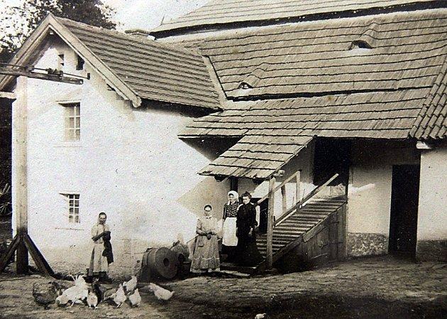 MLÝN. Viktorův mlýn před sto lety, kdy vněm žila rodina Karla Kazimoura. Jeho potomci vlastnili mlýn až do roku 2007.