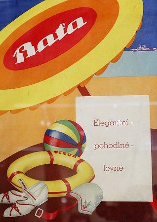 VÝSTAVA potrvá vobrazárně do 30.srpna, pak se exponáty vrátí soukromým sběratelům. Na snímku vlevo je ukázka dobových plakátů, vpravo reklama firmy Baťa.