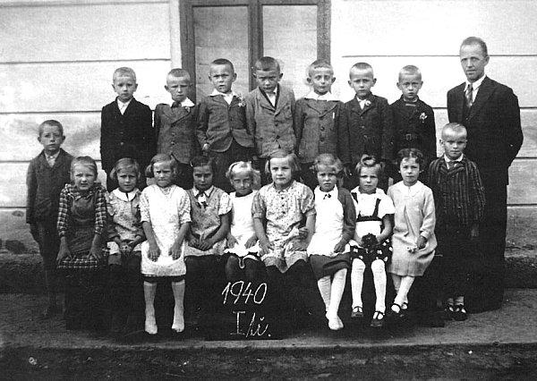 Prvňáčci vroce 1940.První zprava vedle učitele Františka Stoklasy stojí vhorní řadě iLadislav Krch.