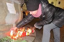 U kašny v Táboře  hoří svíce za Václava Havla.