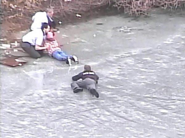 Policisté zachránili desetiletou holčičku, pod kterou se na rybníku propadl led