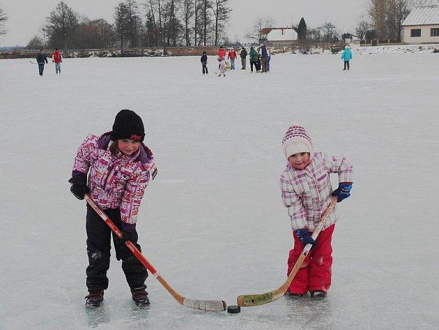 Aneta a Viola manželů Liškových  mají zamrzlý rybník přes ulici.