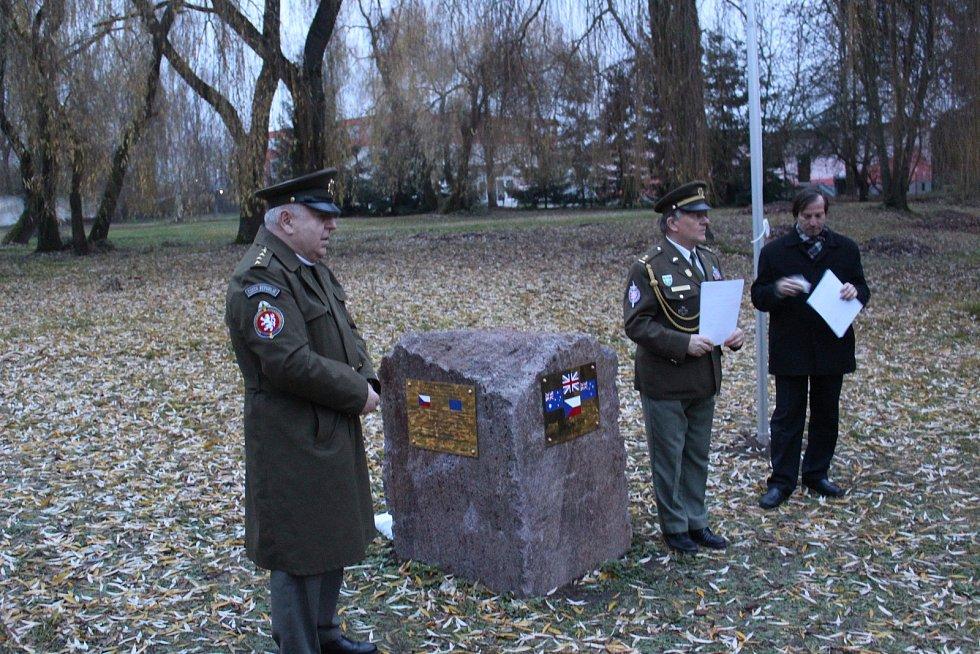 V sobotu se v parku barokního zámku v Táboře-Měšicích sešla dvacítka členů a příznivců České atlantické komise při příležitosti slavnostního odhalení pomníku k uctění památky všech obětí totalitních diktatur.