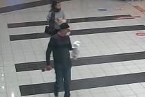 Policisté zjišťují totožnost muže a ženy na snímku. Dvojice se pohybovala v Sezimově Ústí a Plané nad Lužnicí.