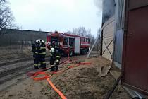 Čtyři jednotky hasičů uháněly v sobotu ráno do Ratibořských Hor k požáru uskladněné slámy.