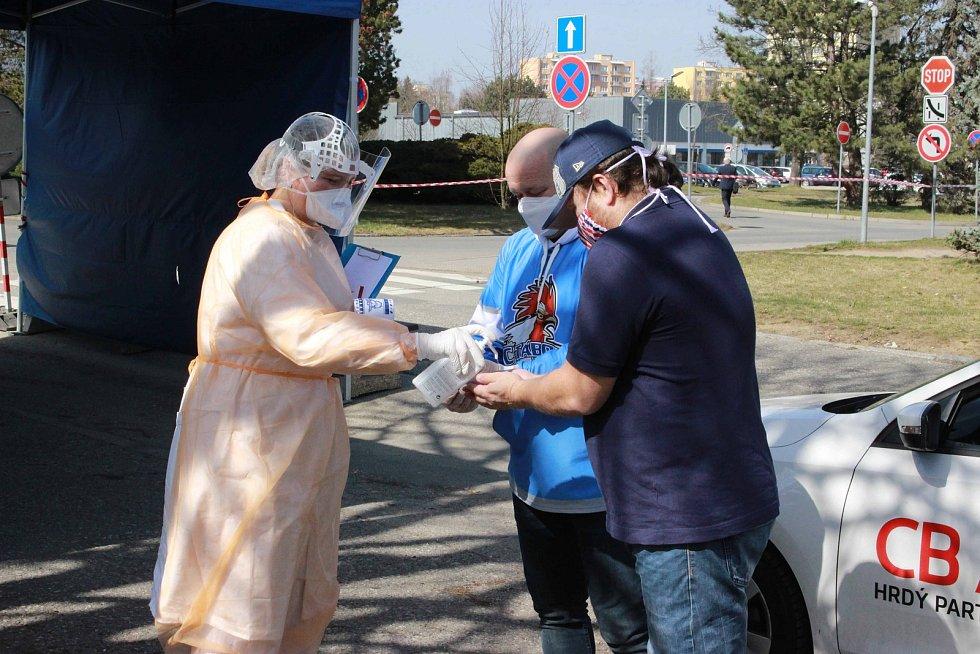 Zástupci HC Tábor přivezli lidem z odběrového místa pro pacienty s podezřením z nákazy koronavirem a třídícího centra drobnou hokejovou pozornost jako výraz díků za jejich činnost.