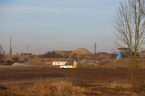 Velký oříšek pro stavaře je meandr Černovického potoka u Sedlečka. V prostoru mokřadu budují přístupové komunikace a provizorní přemostění. Kvůli komplikovaným geologickým poměrům založí železobetonovou stavbu hlubinně na velkoprůměrových pilotách. Celkov