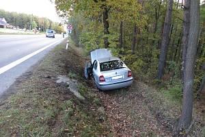 Zdravotní indispozice řidiče možná způsobila, že vozidlo sjelo do příkopu.