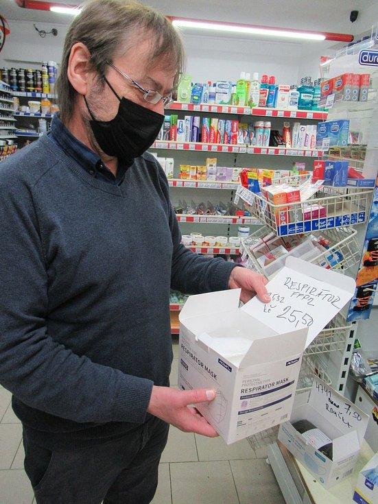 Do jihočeských lékáren, obchodů a drogerií míří stovky Jihočechů. Nedostatkovým zbožím se v sobotu kvůli novému nařízení vlády staly respirátory FFP2.