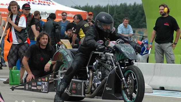 Predators Budweis má také svůj vlastní dragsterový tým s nejrychlejším dragsterem Harley – Davidson v nejsilnější třídě Competion dragster v České republice.