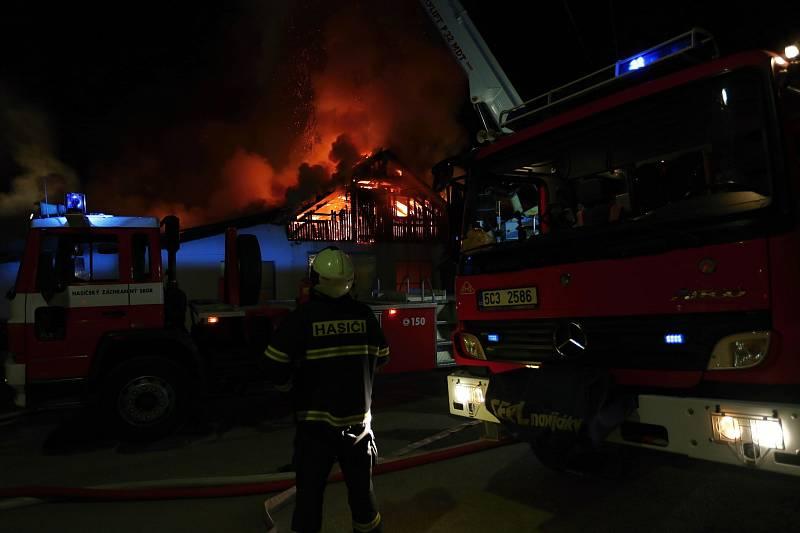 V noci z úterka na středu vyráželi hasiči k požáru pily v Dráchově.