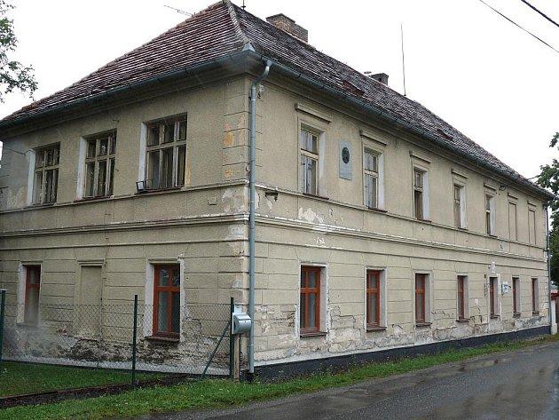 Bývalá škola se dočkala nových majitelů i nových oken. Nyní už se může větrat a přestane tak pustnutí.