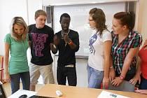 Studenti třetího ročníku Obchodní akademie v Táboře poslouchají výklad lektora Bonaha Andrewse z Ghany.
