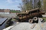 U Mladé Vožice skončil traktor v rybníku.