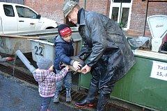 Vánoční rybí  trh baví i děti.