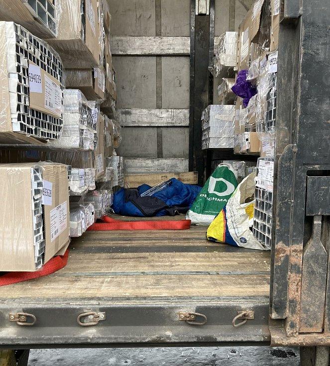 V kamionu na Táborsku zadrželi policisté šest nelegálních migrantů z Afghánistánu a Pákistánu. (Foto: Policie ČR)