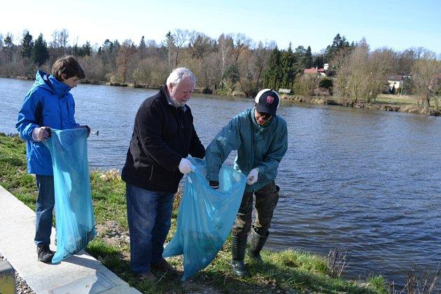 Mladí rybáři z Plané uklízeli kolem řeky.