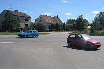 Vzhledem k rychlosti aut jedoucích  po hlavní silnici má řidič z vedlejší silnice málo času  křižovatku projet.