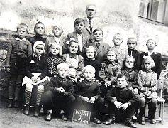 Škola v Poříně bývala dvoutřídní. Na snímku je v sedmi letech zachycený i František Petrů (první v horní řadě zprava).