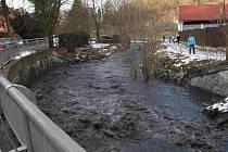 Tismenickým potokem se valilo černé bahno.