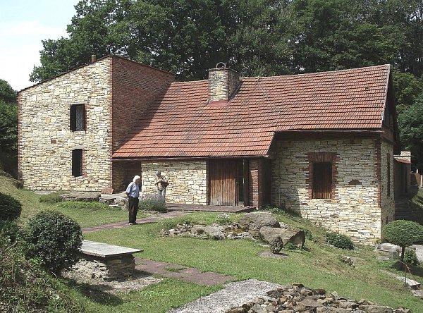 UZNÁVANÝ DŮM.  Tento dům si Jiří Kaloč postavil vlastníma rukama a podle vlastního návrhu. Dočkal se za to ocenění.