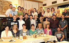 SETKÁNÍ. Setkání bechyňského souboru Lužničan po 30 letech si nenechalo ujít kolem třiceti tanečníků, kteří s pohybem začali po základní škole, někteří až na střední. Sice se rozprchli po celé republice, ale dodnes na sebe nezapomněli.