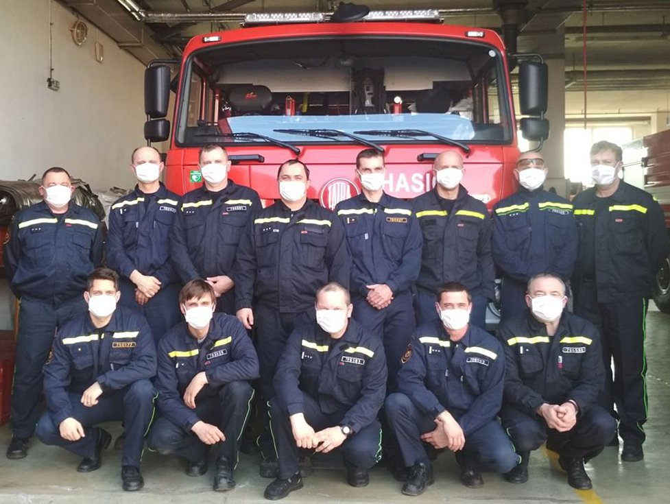 Táborští profesionální hasiči ze směny C ocenili dary od veřejnosti. Dostali nejen ušité roušky, ale i zákusky a sladkou buchtu.